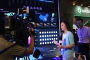 央视记者采访展台工作人员