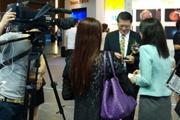 央视记者现场采访嘉宾
